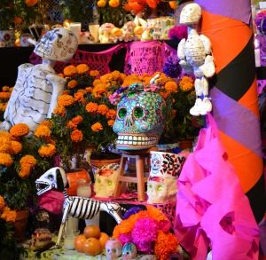 Altar dedicated to La Catrina, a female character representing the dead during the Day of the Dead celebrations in Mexico. Photo: https://commons.wikimedia.org/wiki/File:Catrina_3.jpg