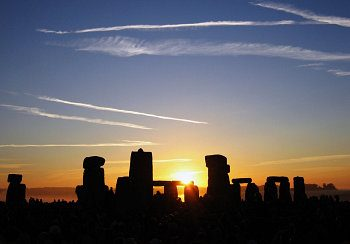Sunrise over Stonehenge on the day of the summer solstice. In the Northern Hemisphere, the summer solstice marks the beginning of summer. Photo: Wikimedia Commons